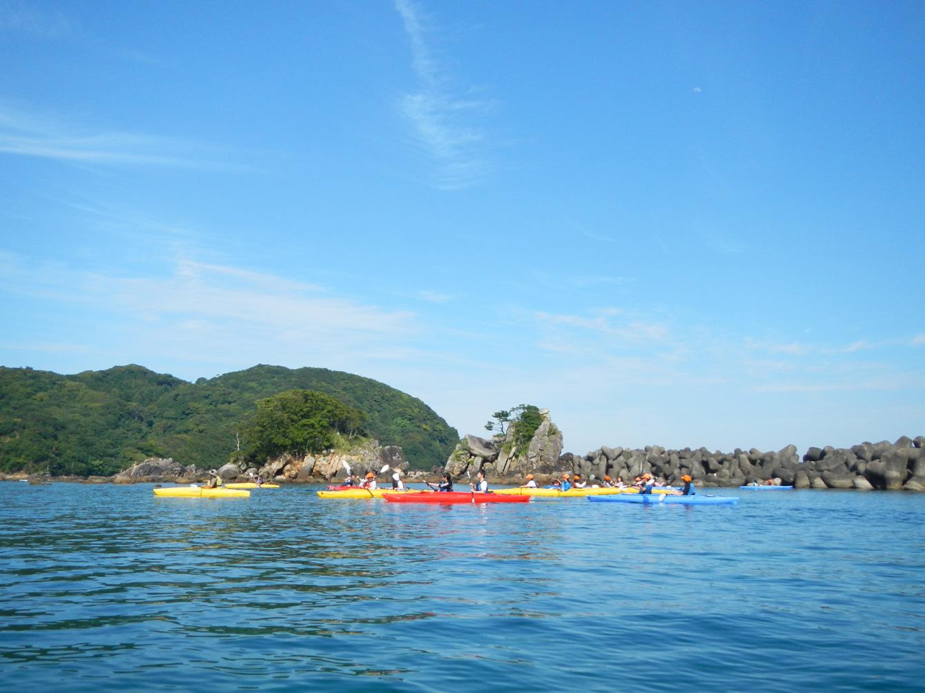 海陽町・宍喰地区の島、竹ケ島でのシーカヤックの様子。春と秋は修学旅行生で賑わう。