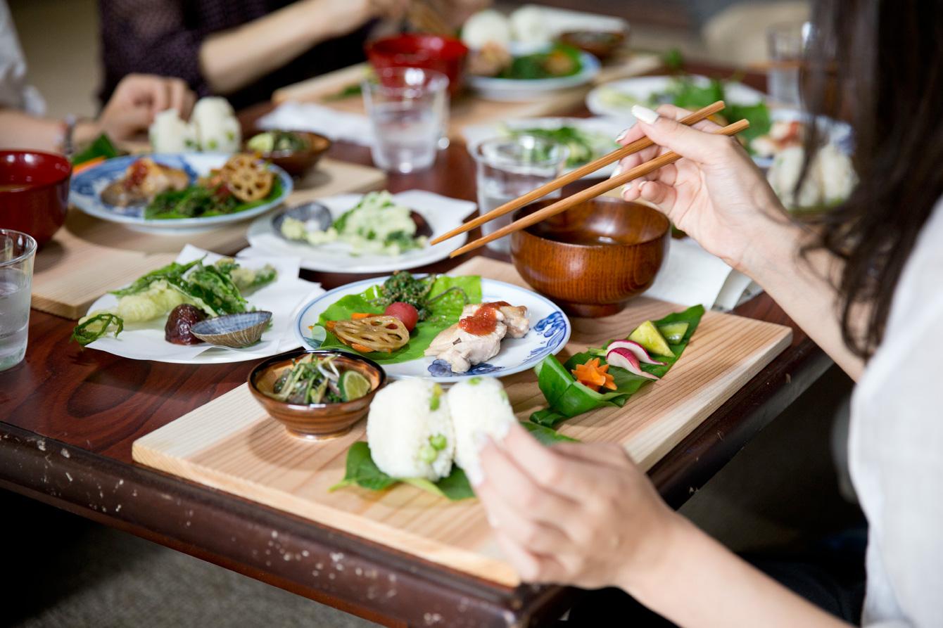 山菜の天ぷらや鯵のたたきなど。食材はなるべく徳島のもので。