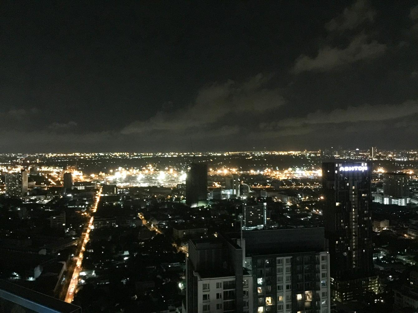 バンコクの高層ホテルの屋上にあるルーフトップバーから見た夜景。ランドマークになるような大きな建物はあまりないが、街は夜遅くまで賑わっている。