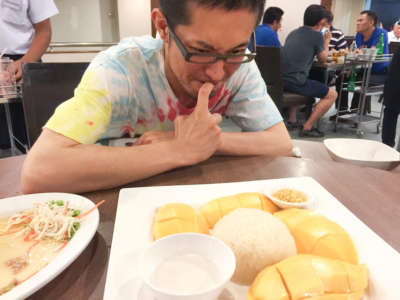 カオニャオ・マムアン(マンゴースティッキーライス)という、甘く炊いたもち米をマンゴーと一緒に食べるタイのデザートと伊藤先生。