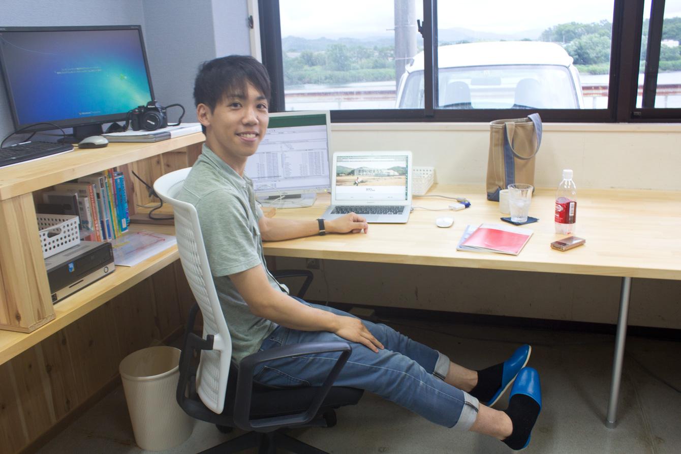 海陽町地域おこし協力隊事務室にて。テーブルや棚は、竹内さんが地元の大工さんと一緒に作ったそう。