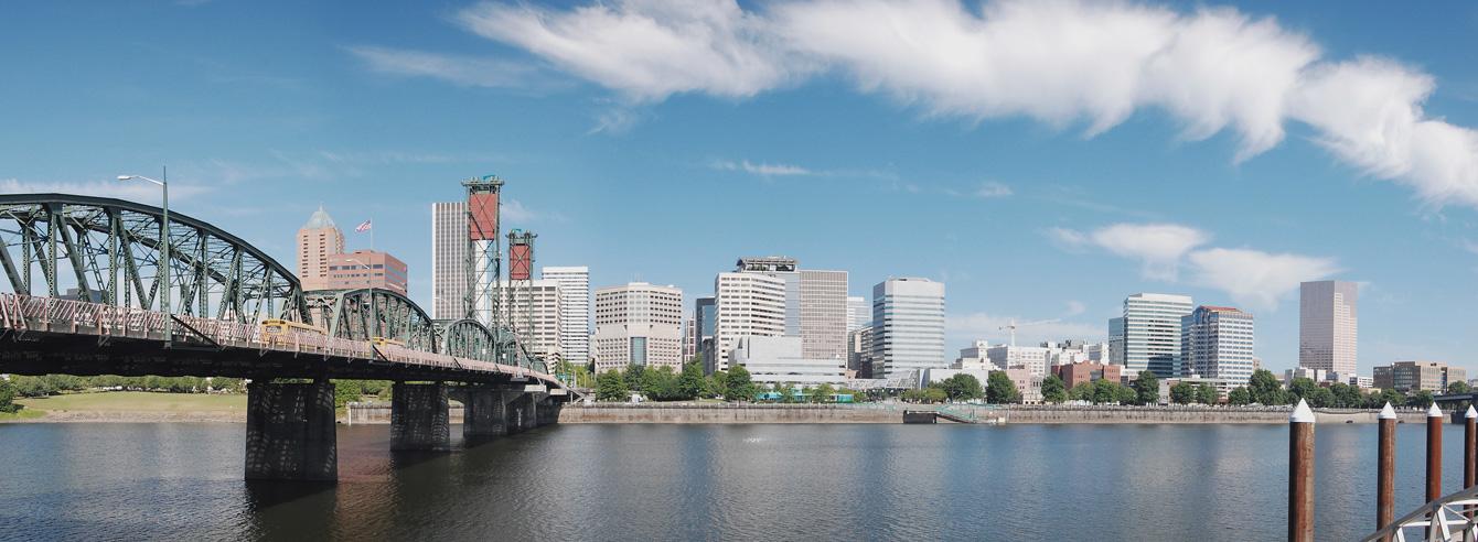 ポートランドの街並み。ウィラメット川が街の中心を流れる。Wikipediaより転載。