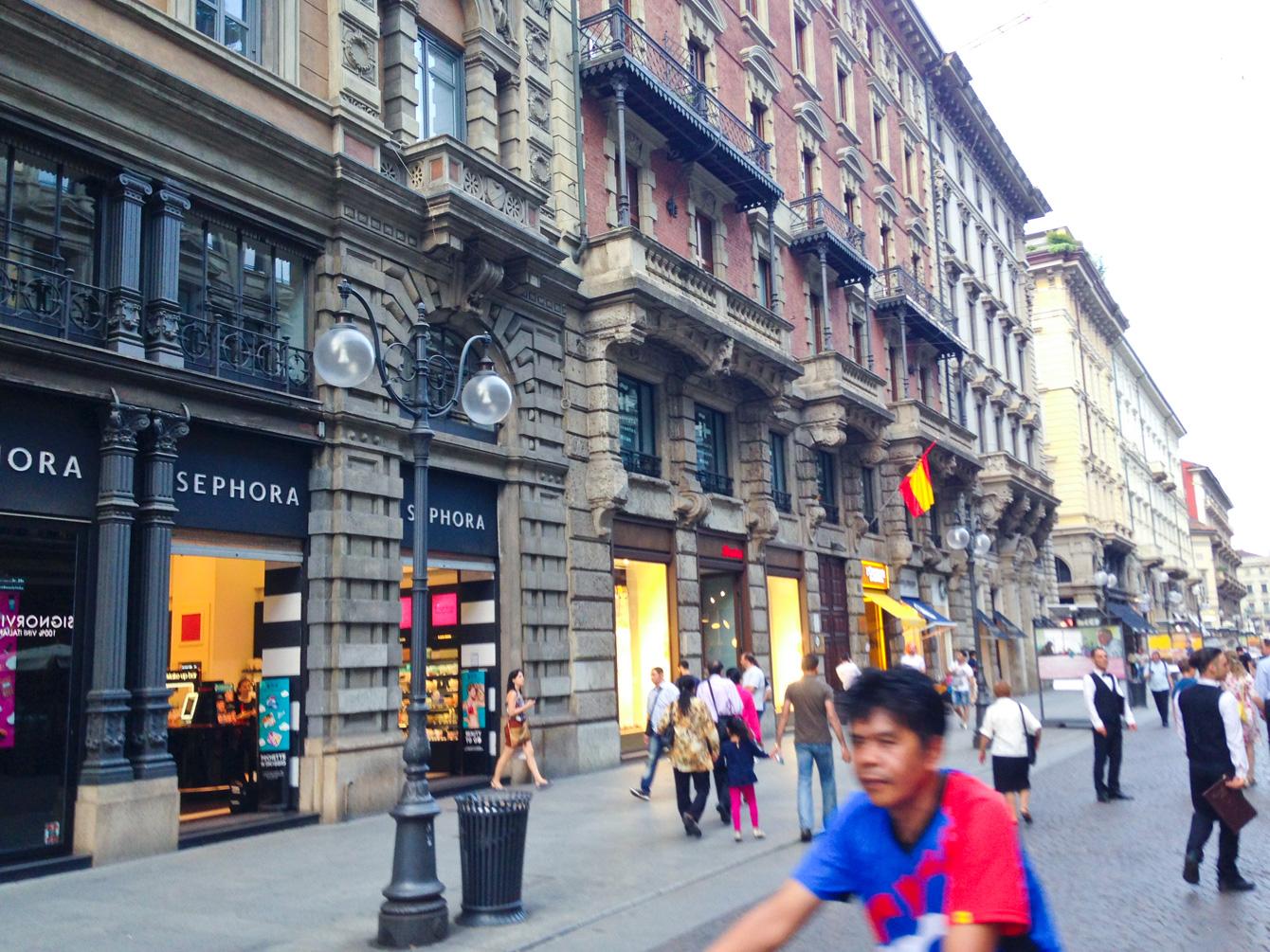 ミラノ市内の街並み。一階に店舗、二階より上は事務所や住居などで使われているらしい。