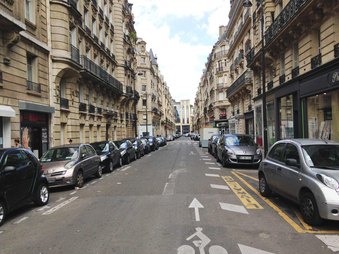 少し路地に入ると、整然と車が並んでいた。