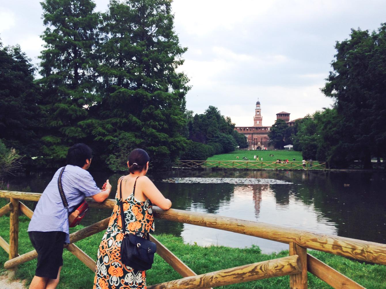 ミラノ市民が集う公園で、日本について語り合うふたり。
