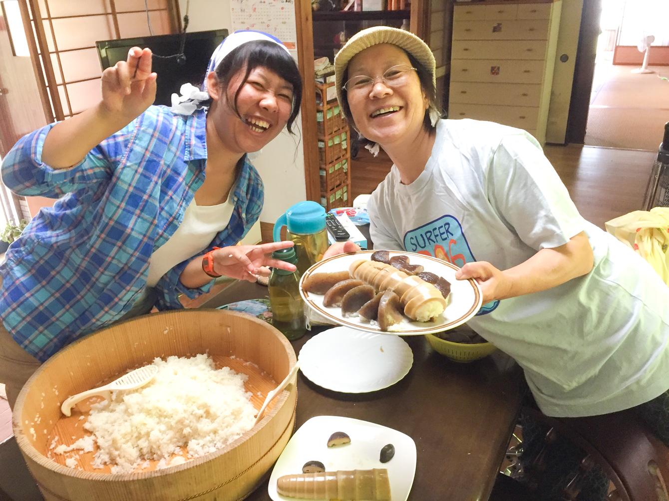 さやかちゃん(左)と千代子さん(右)。皿の手前からこんにゃく、たけのこ、しいたけのお寿司。