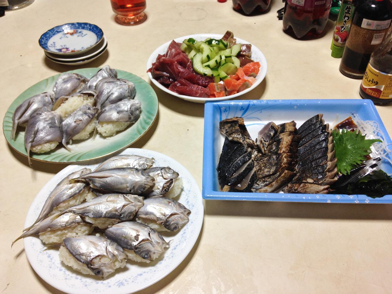 左上がボウゼ寿司。いつも行くたびに、山の人にとってご馳走の魚を用意してくれる。