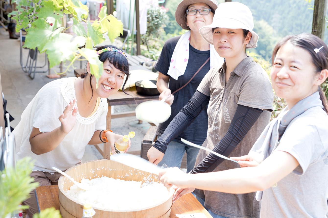 酢飯作り。田舎寿司はゆず酢、新生姜、白ごまを入れていく。