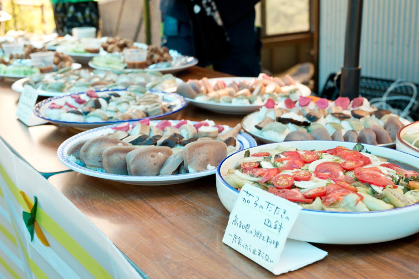 食事は、高知県の郷土料理、イベント定番料理を作り、大川村や千代子さんの畑で収穫した食材を使用。