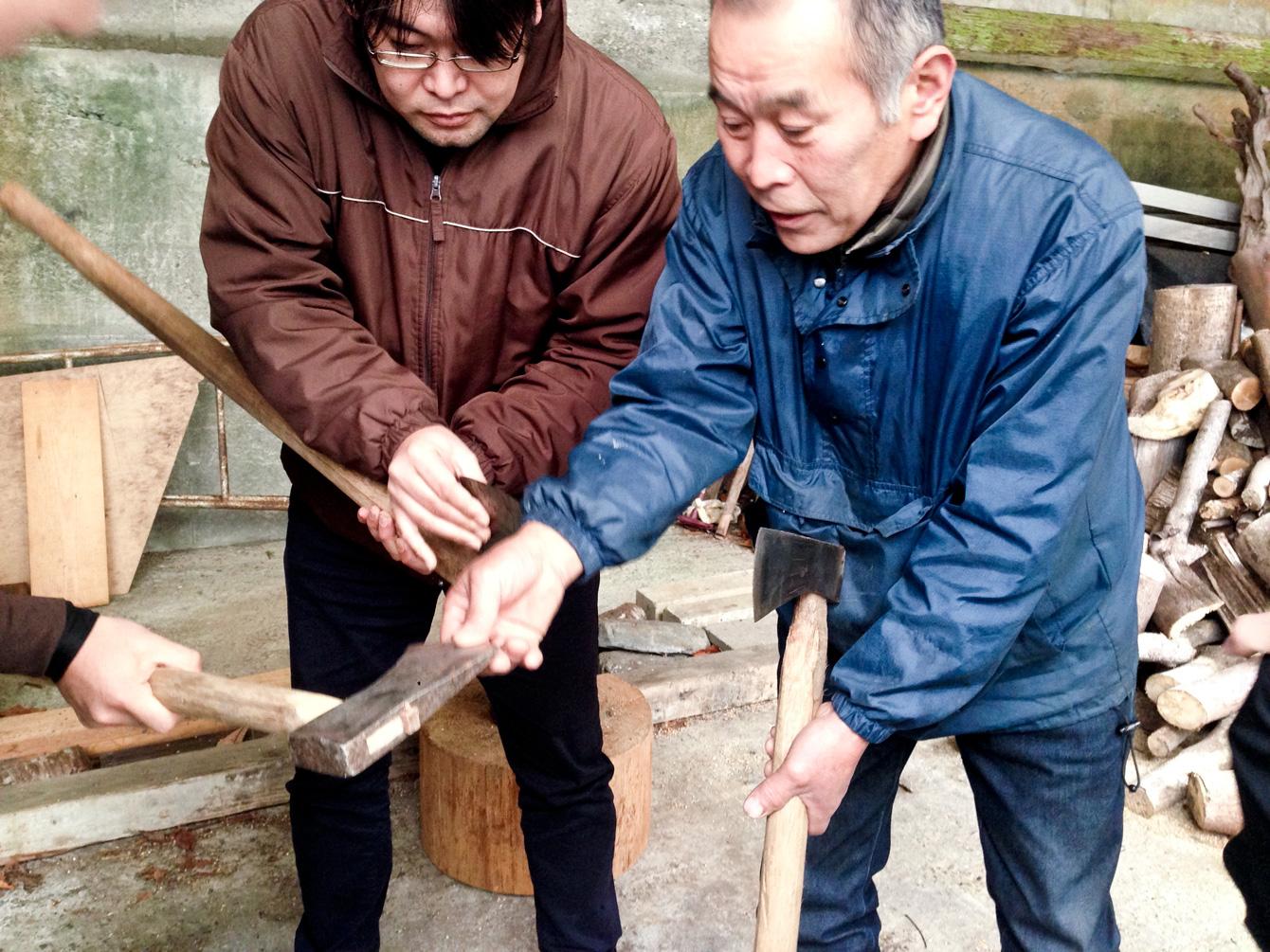 斧の正しい使い方を教えてくれるお父さん。
