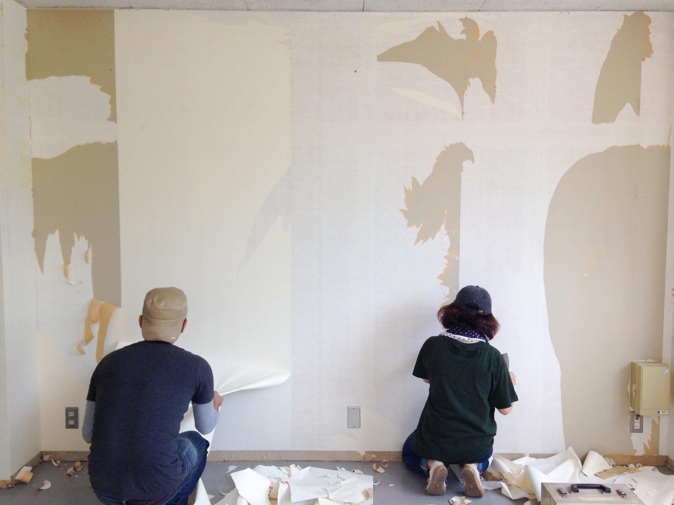 壁紙を黙々と剥がす、神山塾KATALOGコース塾生。