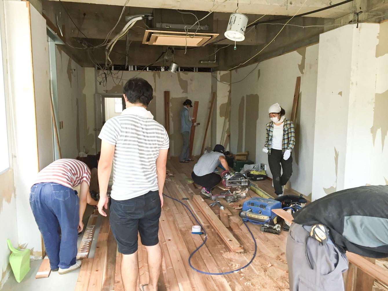 講師の指導のもと、塾生が床材を加工し貼っていく。