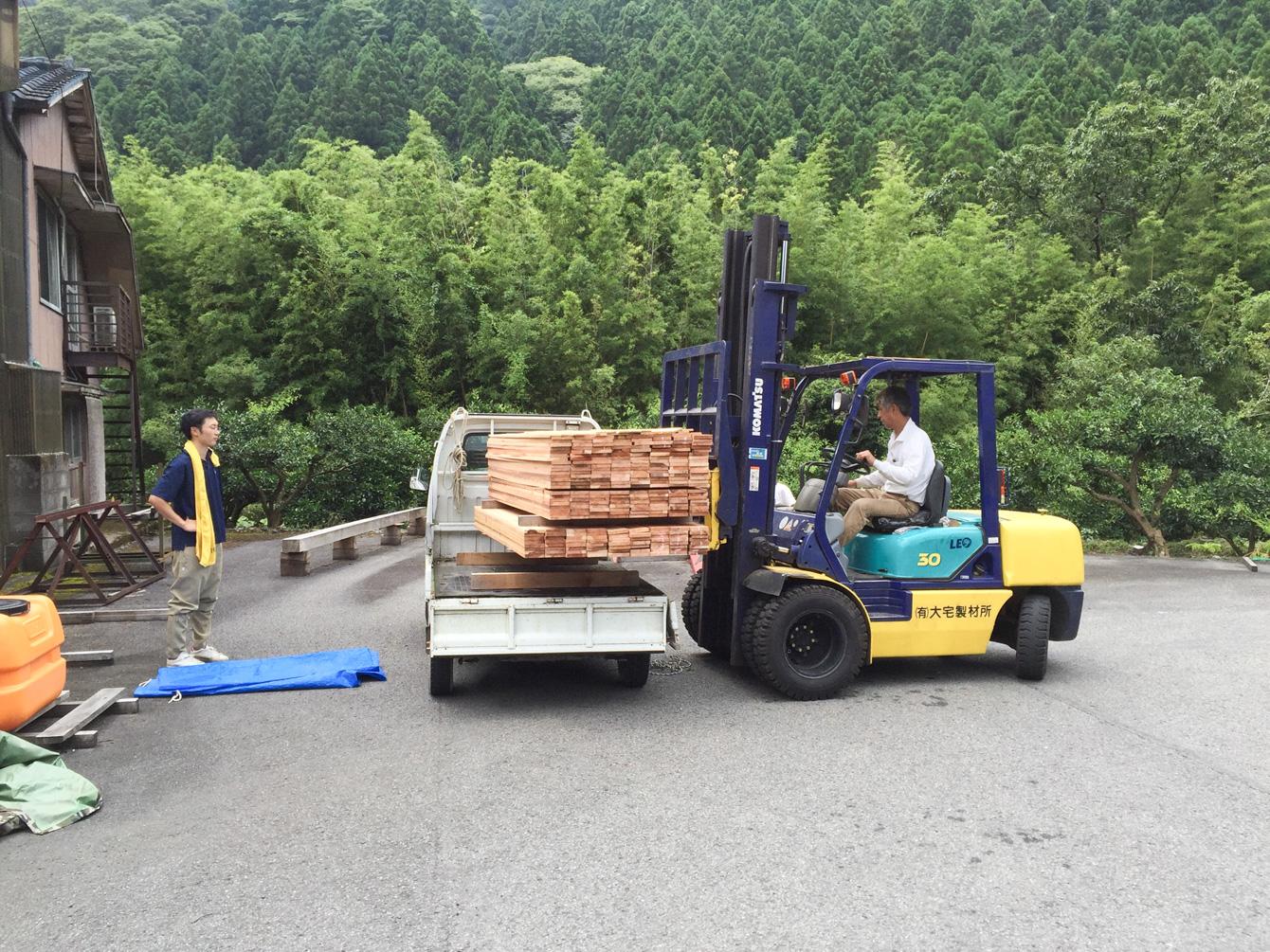 中山さんにお借りした軽トラックに木材を積み込む。