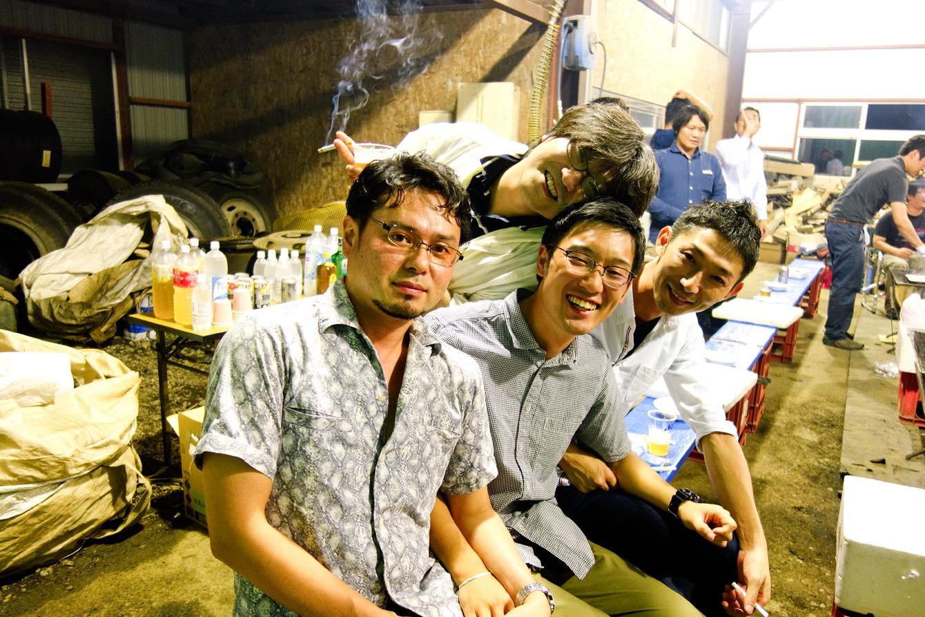 徳島へ帰る前日の夜に行われたBBQ。青年部のみなさんに囲まれる小松(中央)。