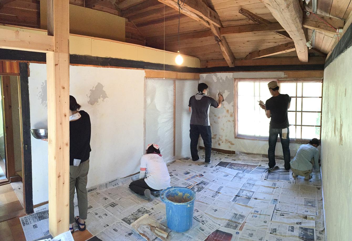 山姥の宿泊棟の壁塗り。