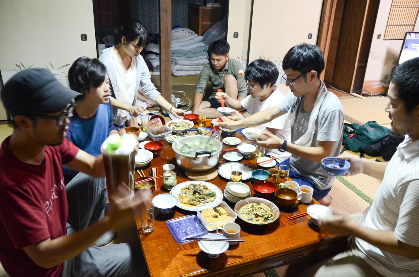 各講座が終わってから集合。食事をする人も居れば奥で打ち合わせをするなど、自由に過ごす。