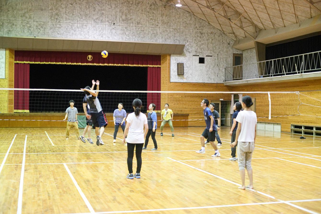 講座の後、近くの体育館でフットサル、ドッヂボール、バレーを行った。