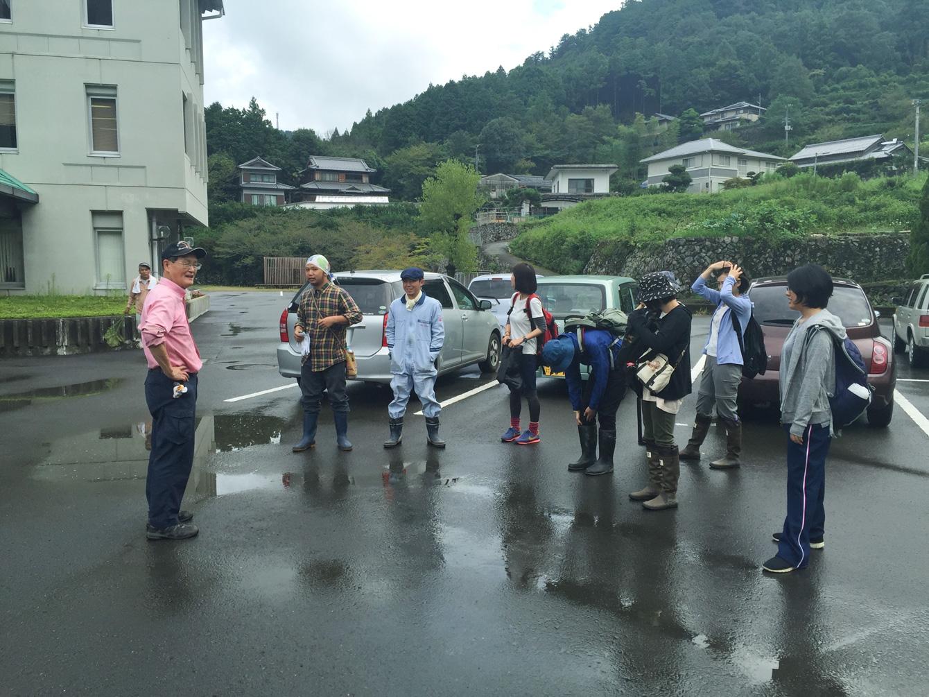 森づくりに体験に望む神山塾8期生と、ニコライさん。