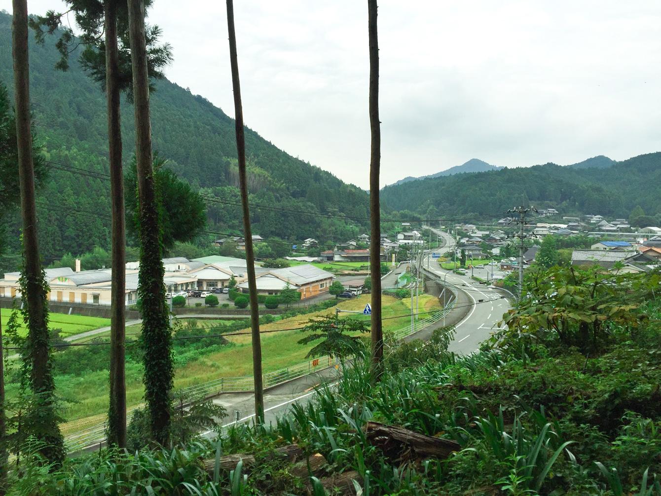 山道作りを終えた後、山の内側からから見える神山町。