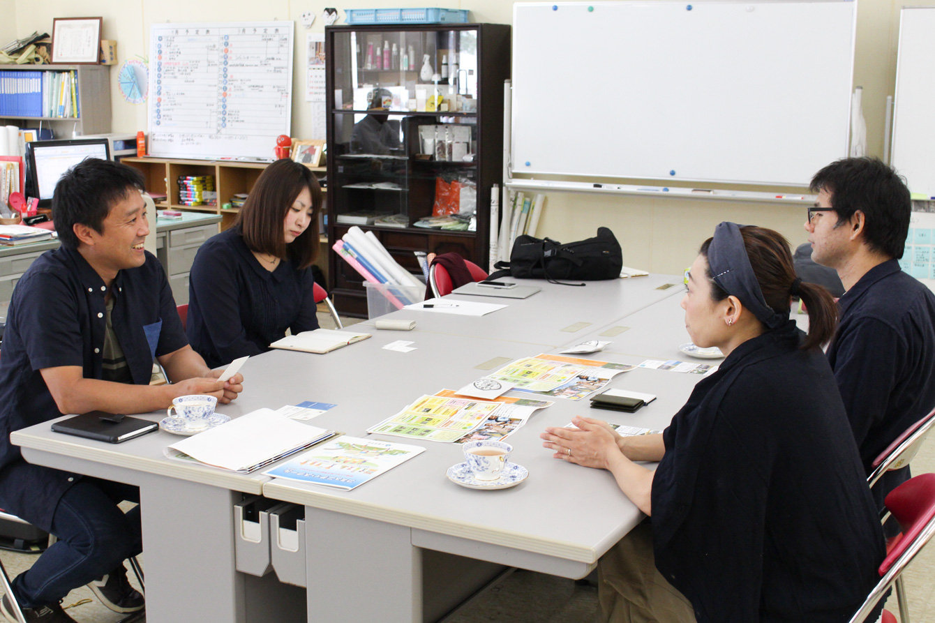 浦幌町での取り組みの先駆者である近江正隆さんと地域おこし協力隊の森彩花さんに説明を受ける仲里さん夫妻。