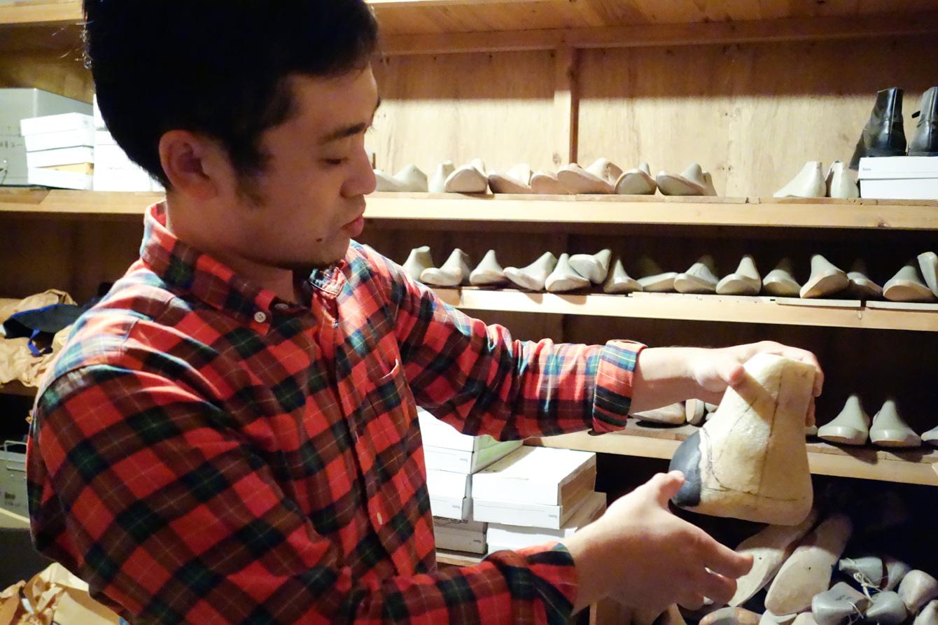 足に障害を持った方の足型を片手に、整形靴の説明をしてくれる金澤さん。