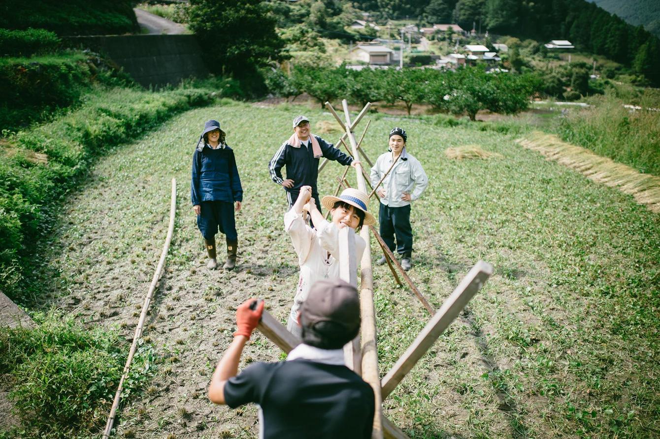 はぜかけの台作り。雨風で倒れないように、木をしっかり打ち付け、竹をかける。