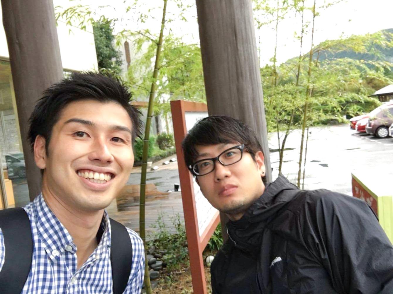 神山温泉の前で、記念の2ショット。本当に笑顔が素敵な方でした。
