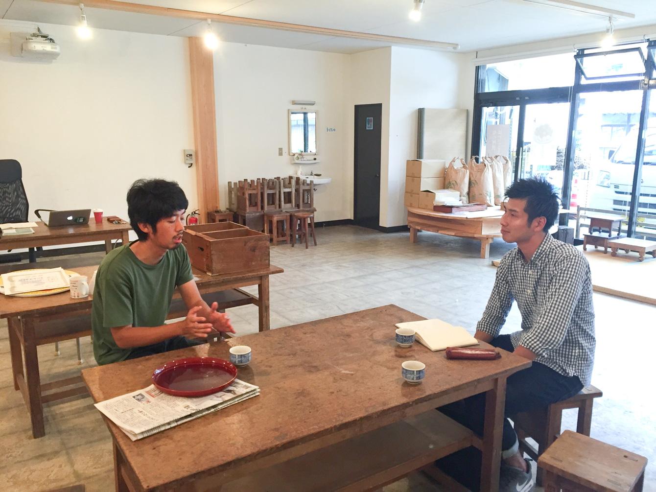 地域でお米作りをするという共通点からも、話が盛り上がる吉田さんと植田さん。