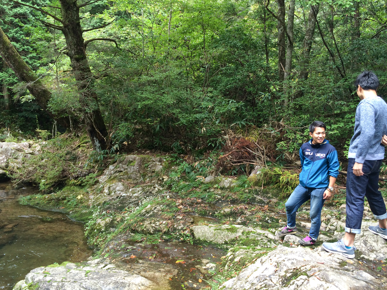 上多田の自然と触れ合う、佐野さんと吉田さん。