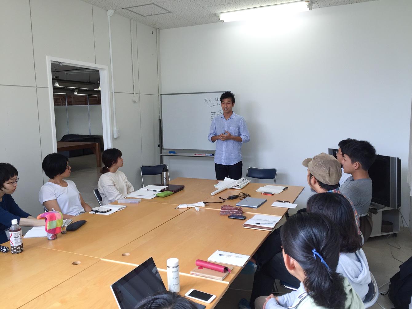 ゲストスピーカーとして、塾生に自身の活動を話す吉田さん。