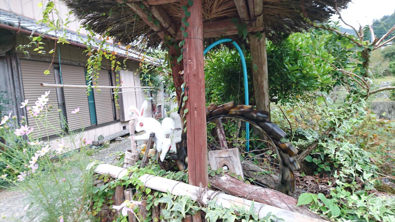ウサギが餅つきをする水車。自転車のハブがうまく使われている。