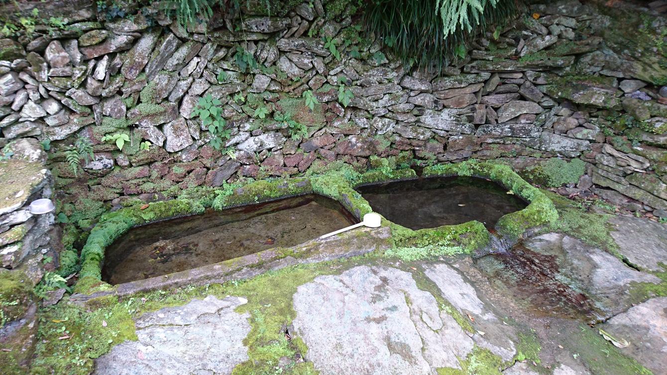 石風呂の近くにある泉。涸れたことは無く、夏場は西瓜を冷やすのに利用されている。