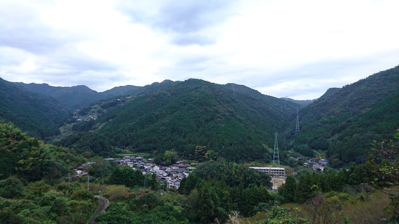 代次集落からの景観。真ん中少し右の建物が阿川小学校。