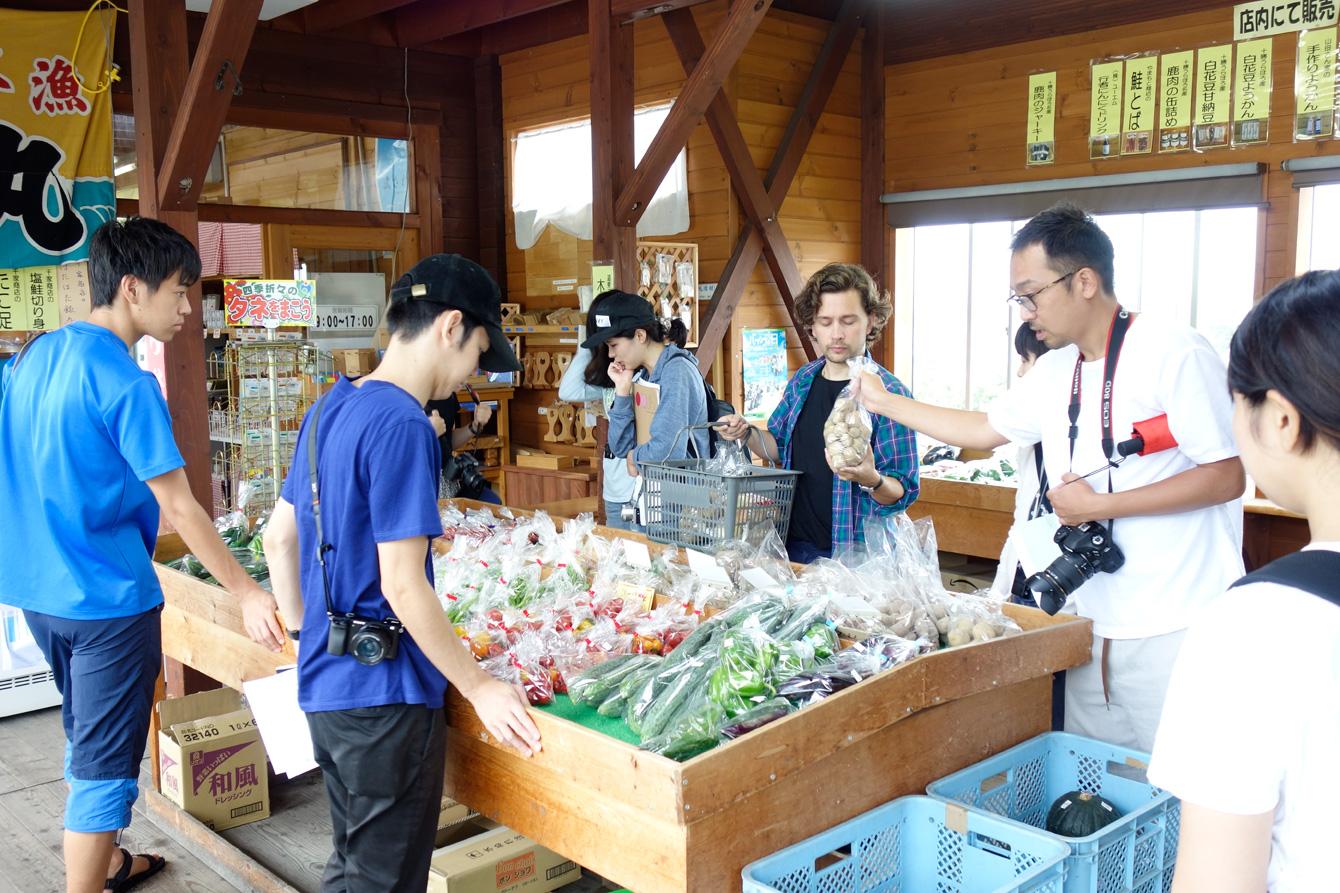 ザ・ベジタブルショップ21で買い物する若者たち。