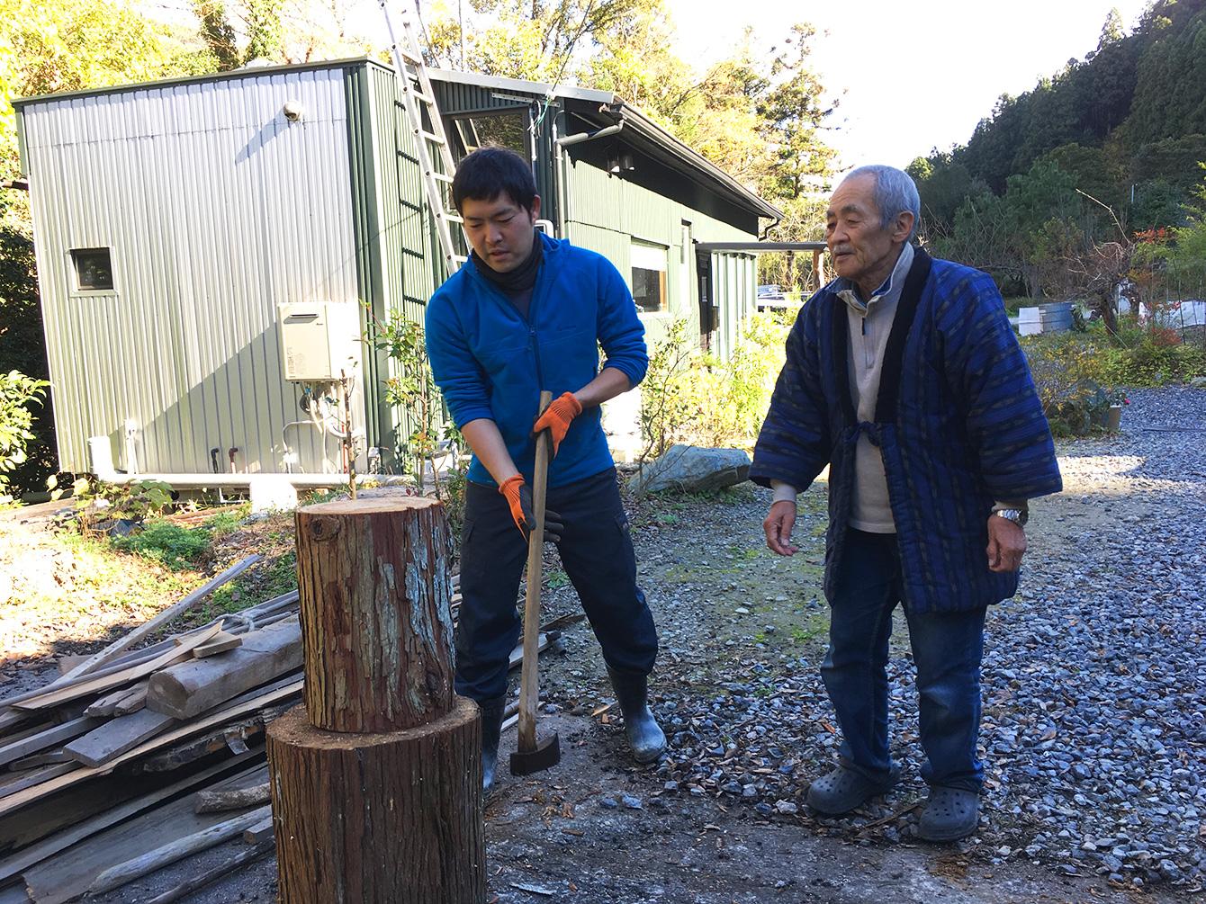 オーナーの中山さんから斧の使い方の指導。
