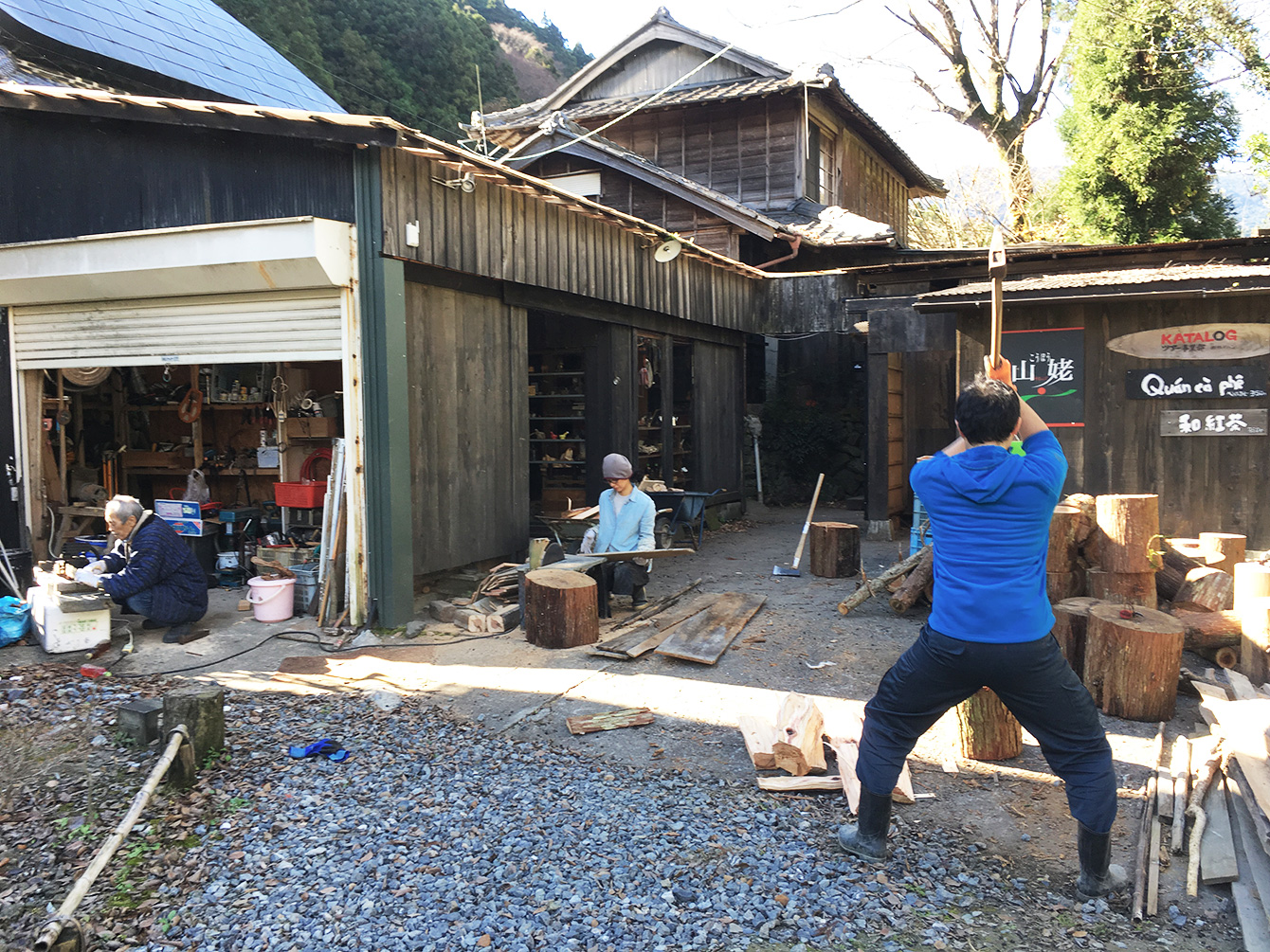 右から順に、薪を割る人、端材を短く裁断する人、チェーンソーを手入れする人。