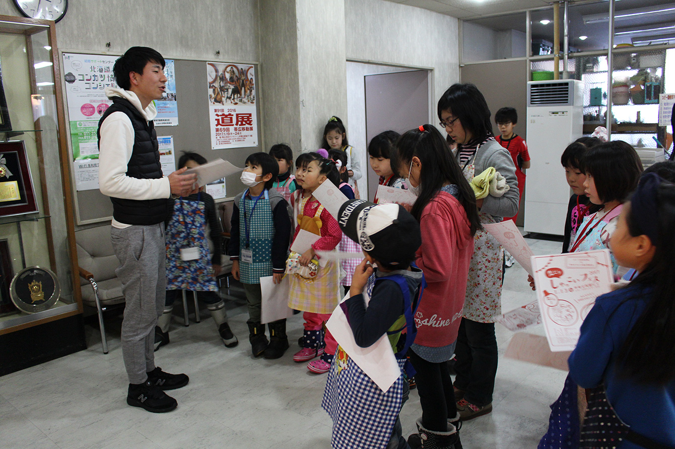 イベント告知を熱心に聞いてくれる子どもたち。