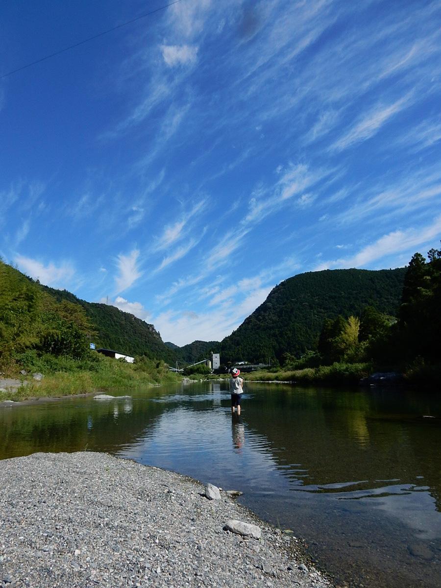 川は底が透けるほど澄んでいて、足をつけると小さな魚が寄ってくる。