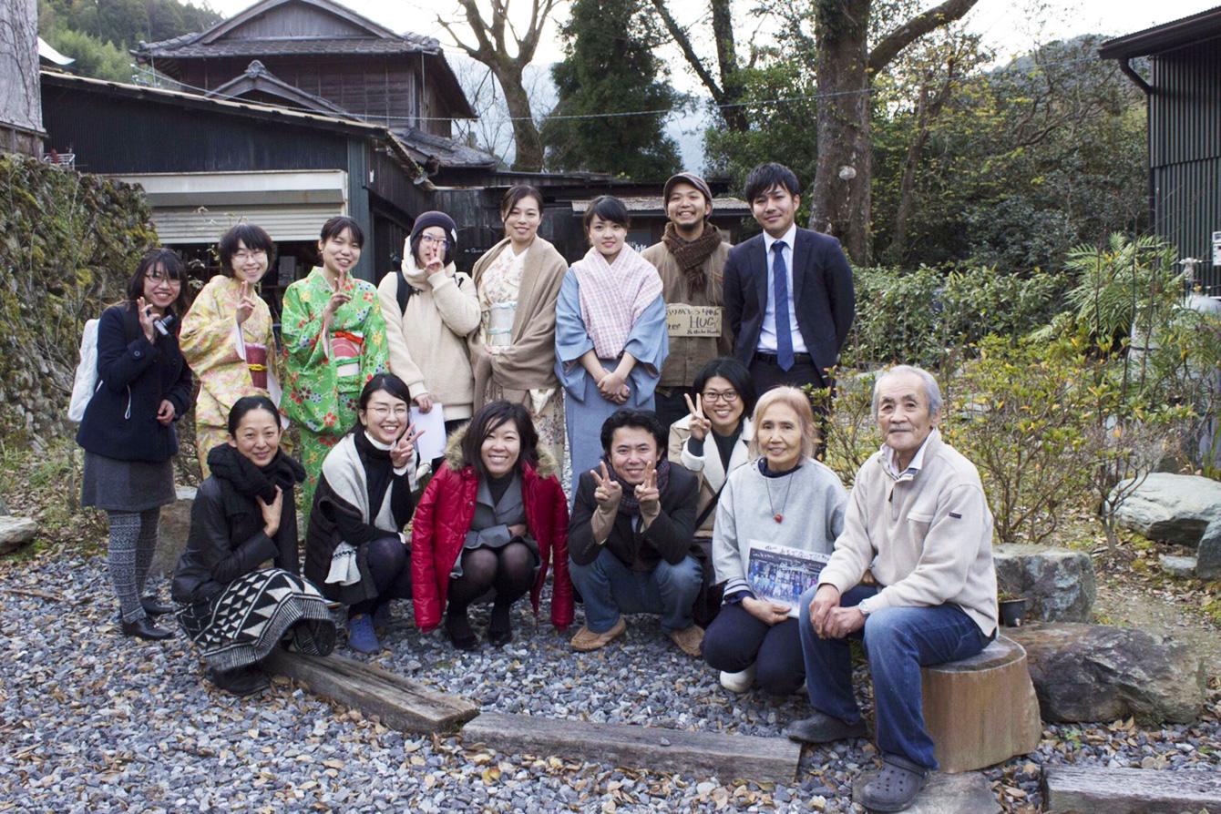卒塾式のあと、山姥の前で、オーナーの中山さんご夫妻と一緒に集合写真。