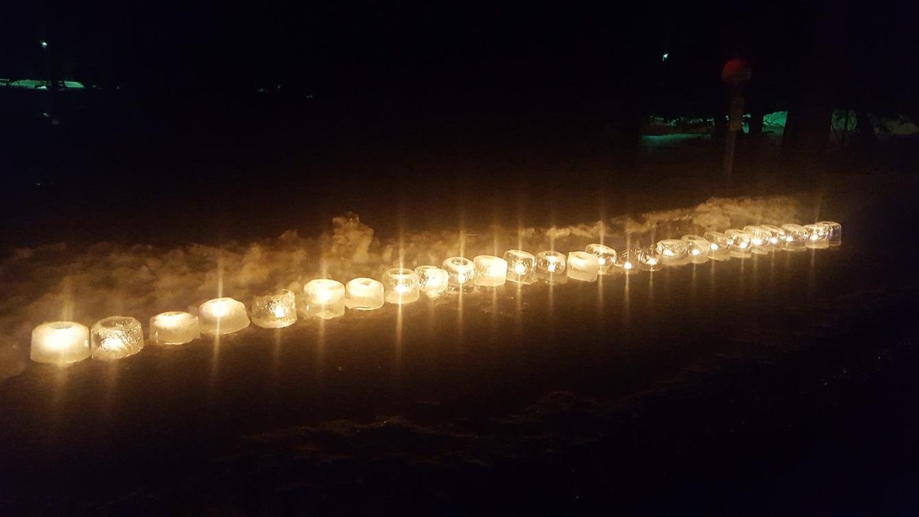 前日の強風で見兼ねた上浦幌地区の方々が、2日目の夜もアイスキャンドルを点灯してくださいました。綺麗な光が町を彩ります。