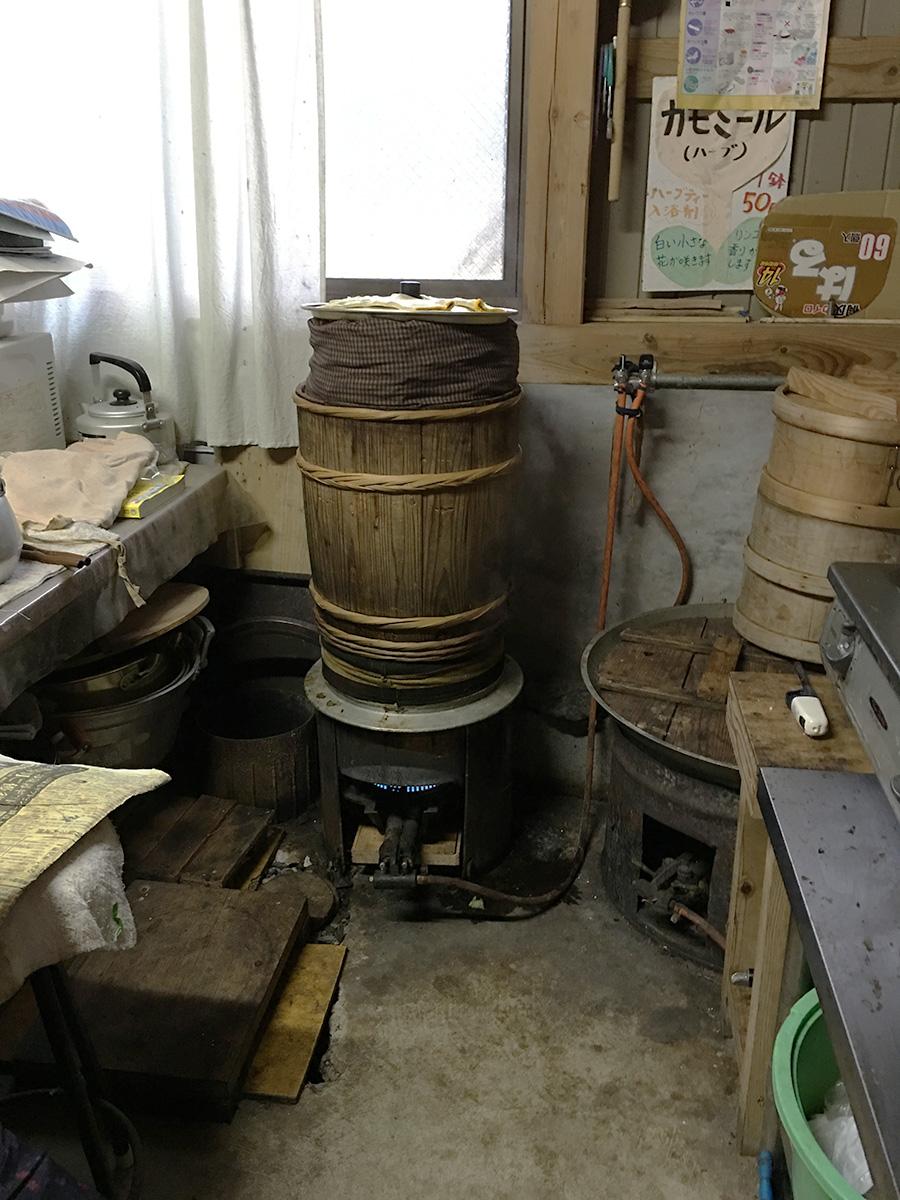 窯でじっくり蒸す。