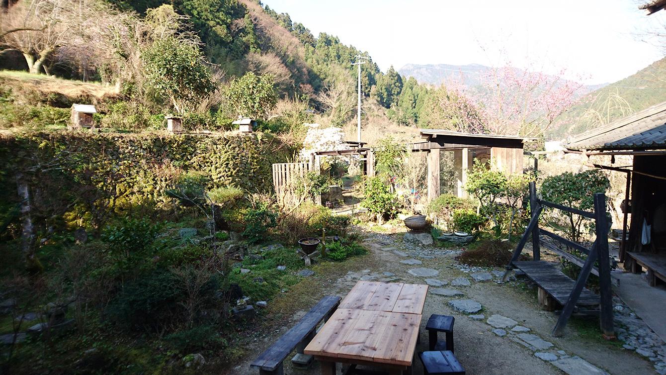 神山塾の活動場所のひとつである古民家「山姥」の中庭。ここでイベントや講義などの活動を行う。