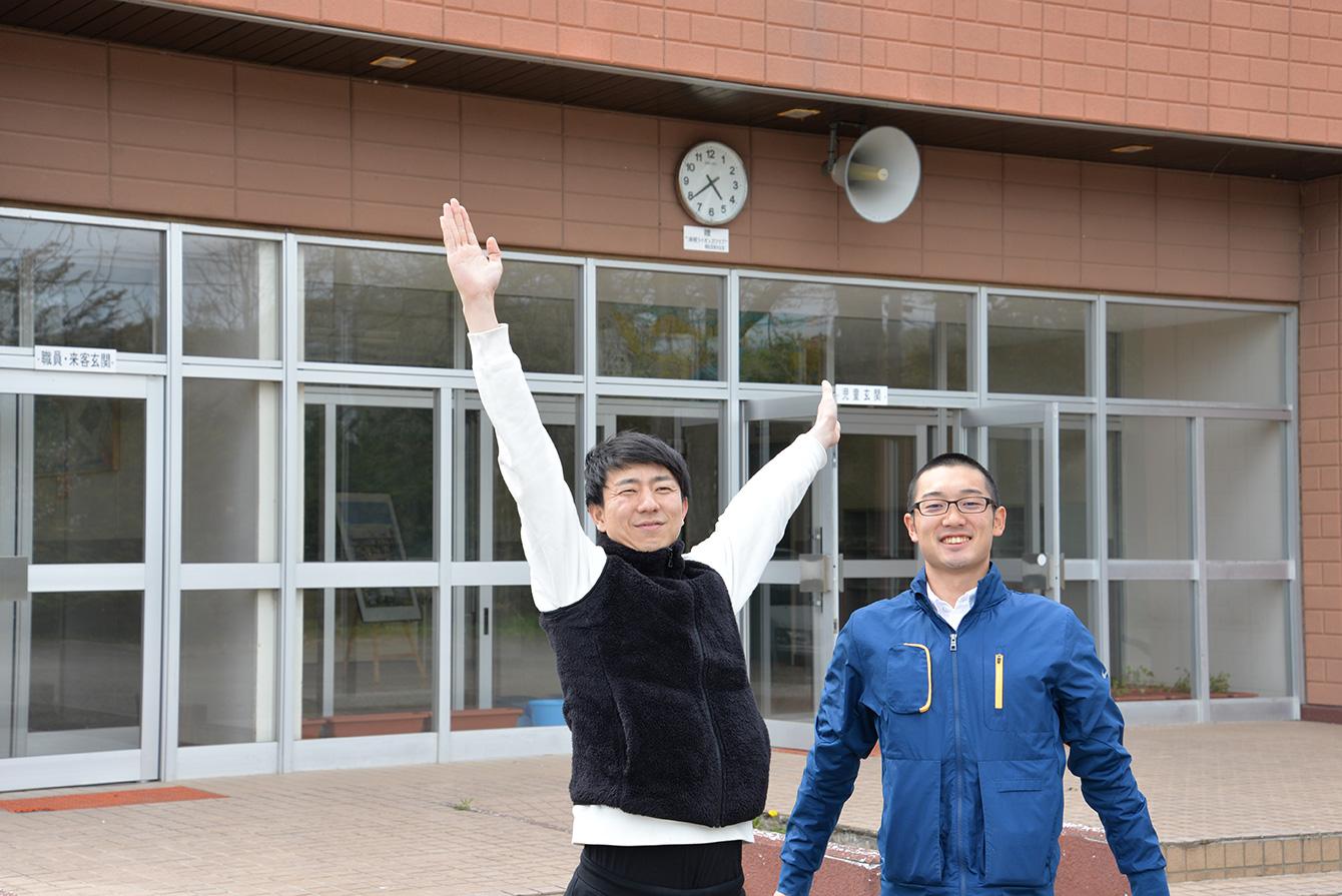 旧常室小学校前で浦幌町担当の三村(左)と私(右)。