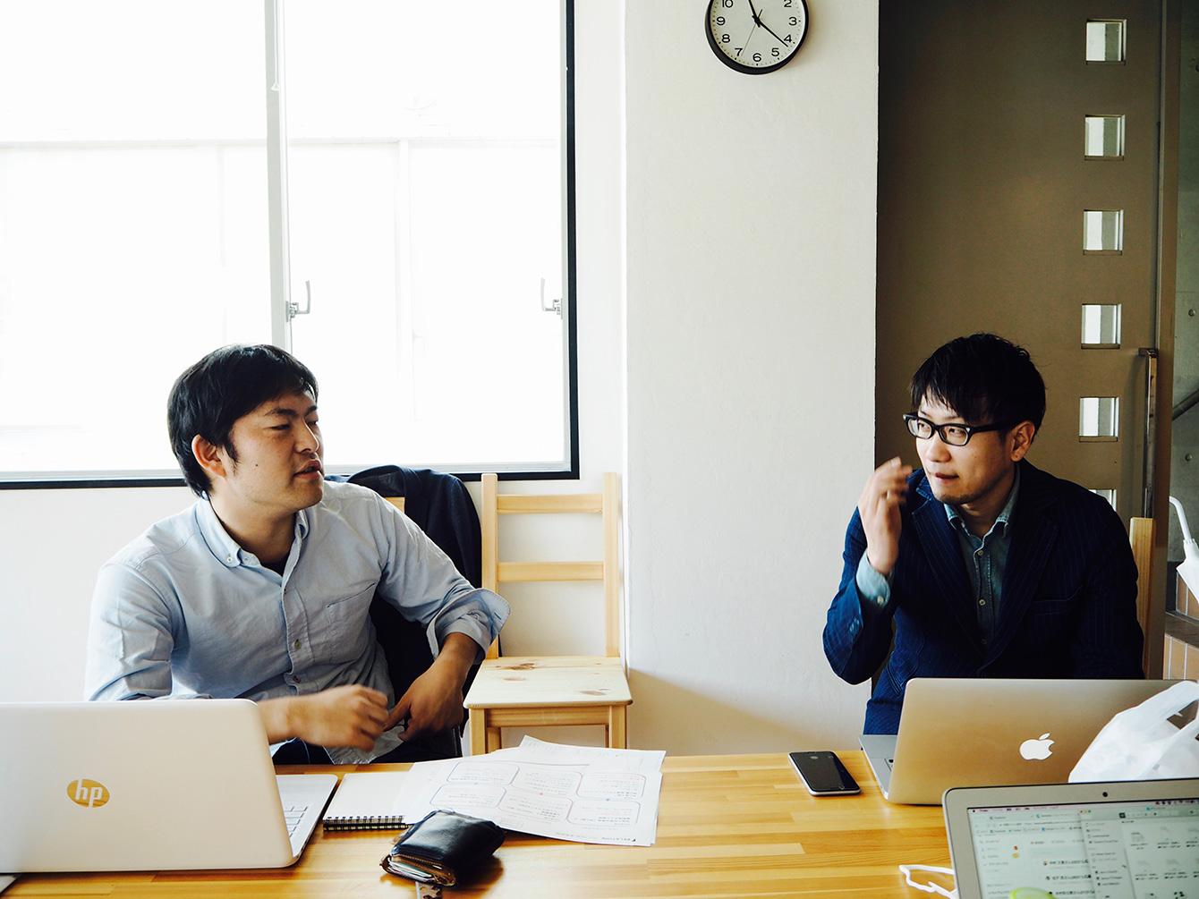 社内MTGでの、前田と穴井の様子。