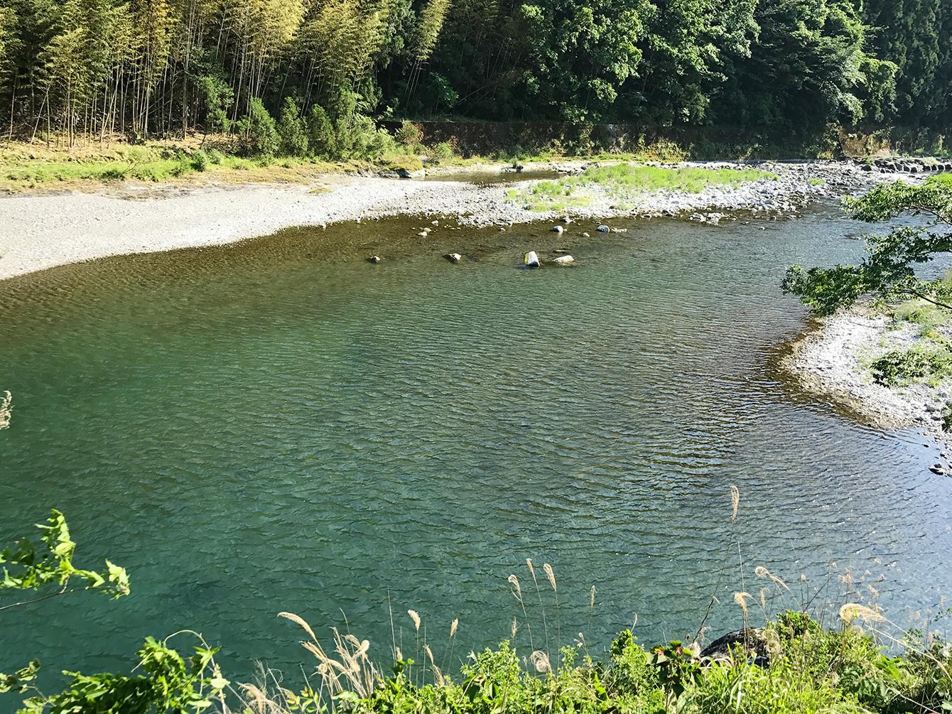 エメラルドブルーの美しい鮎喰川(あくいがわ)。