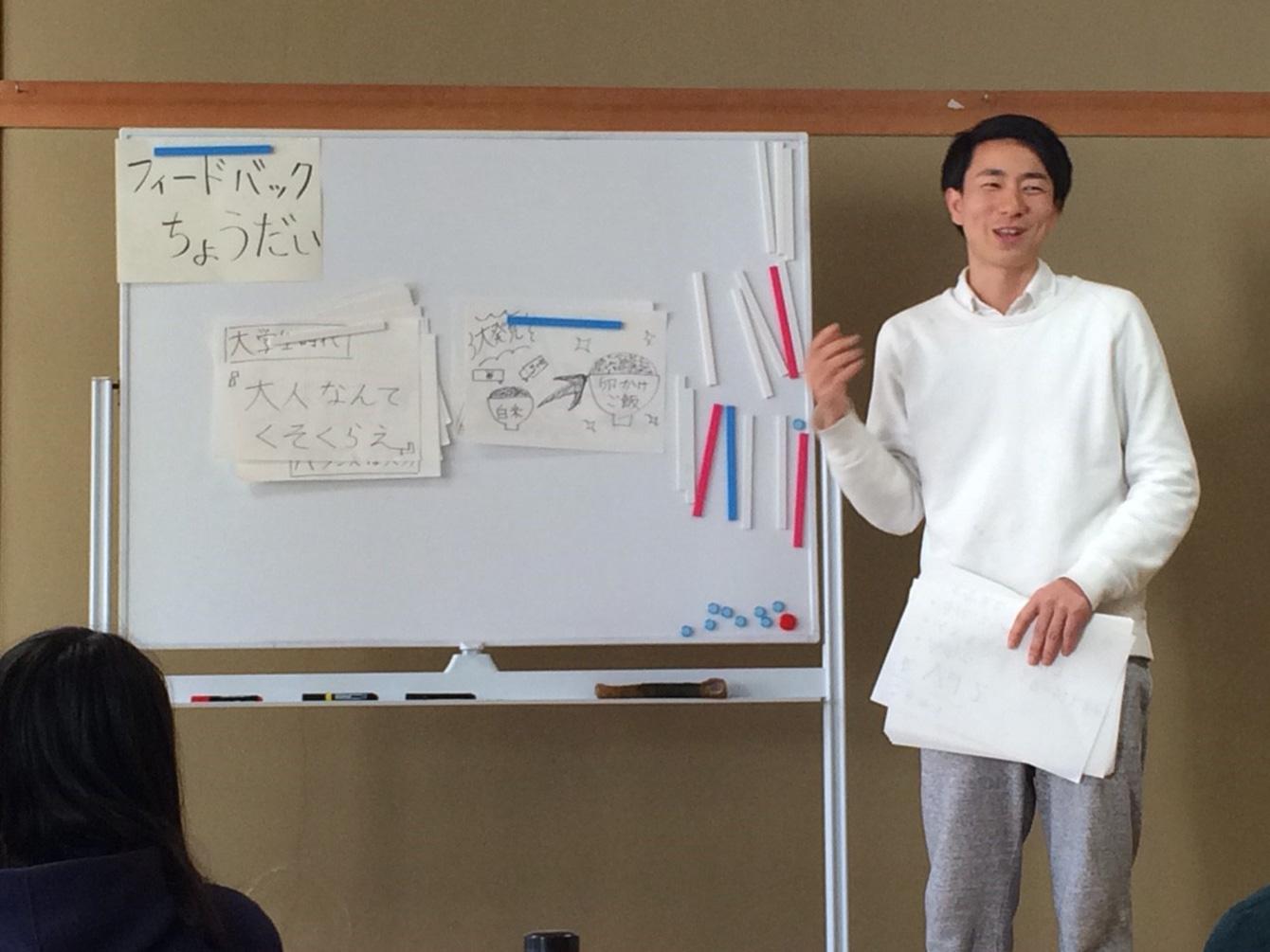 塾生の前でスモールプロジェクトを発表している様子。