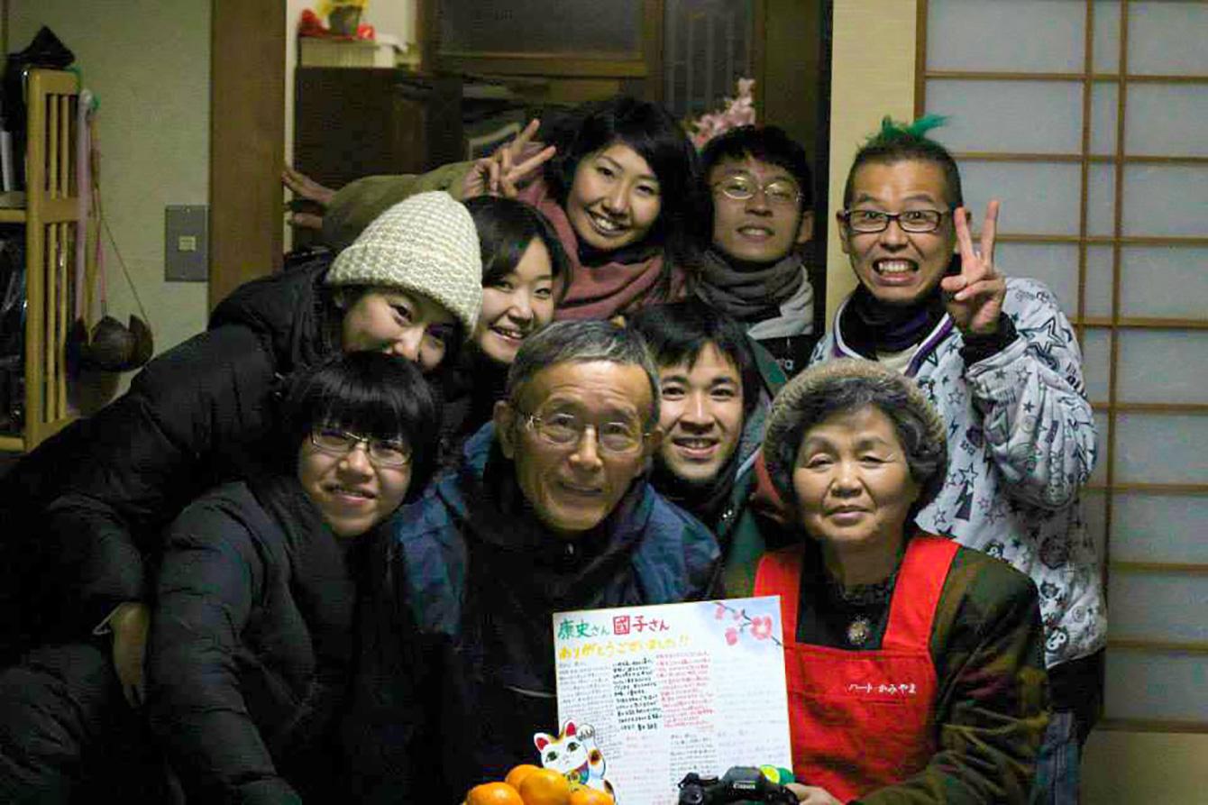 神山塾中下宿させていただいた粟飯原 康史さん・國子さんご夫妻(写真中央)と5期生の仲間と。康史さんはいつも私の体調などを気にかけてくれ、國子さんにはよく将来の話を聞いてもらい、前向きな言葉をいただいたりした。卒塾した今でも大変お世話になっている。