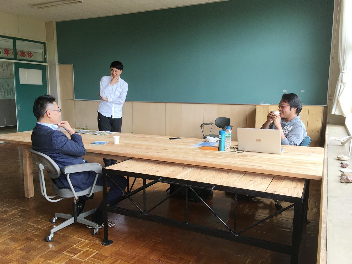 教室に置かれているカラマツで作られたテーブルを囲んでの談笑風景。