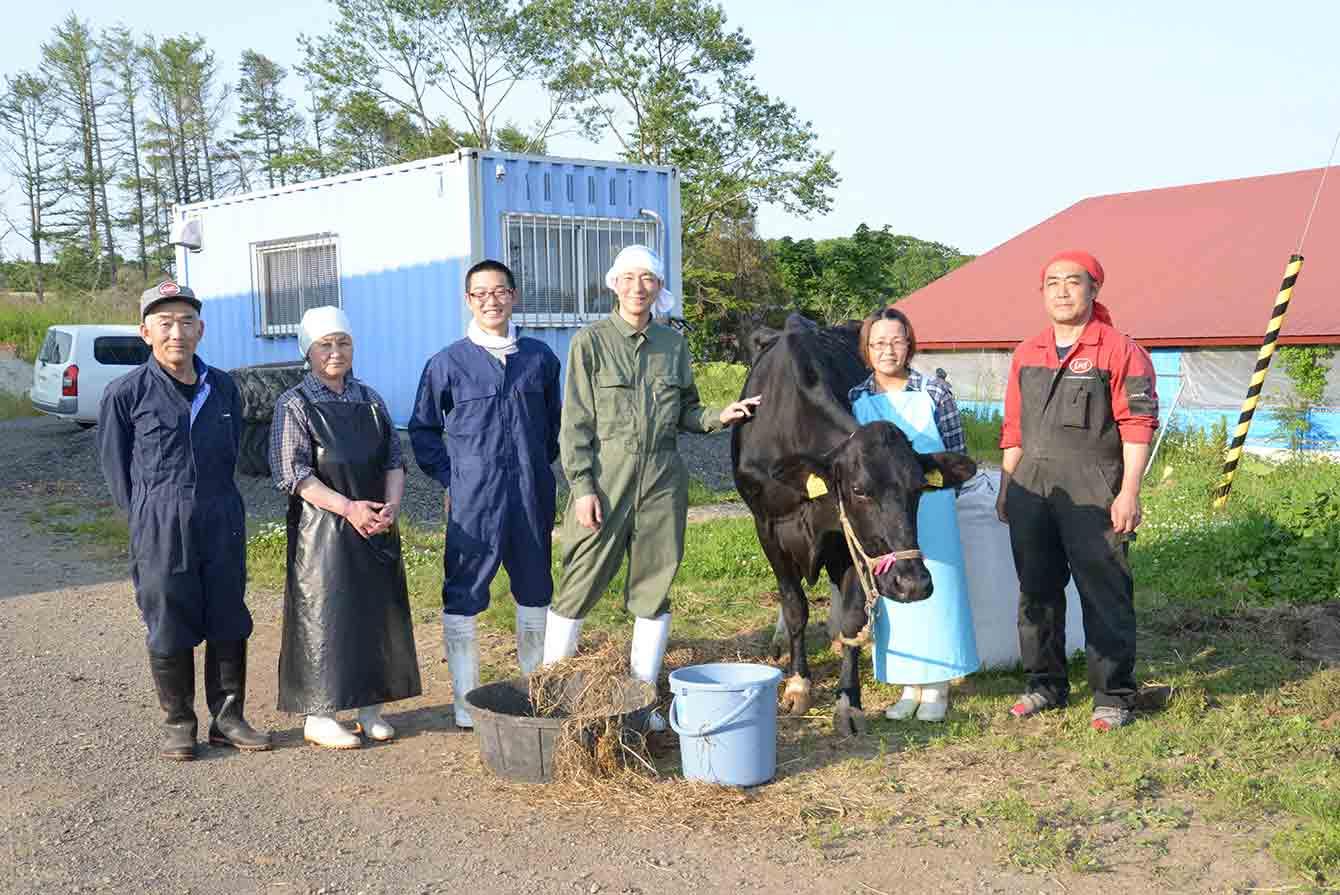 酪農体験をさせていただく塚田牧場の方々。