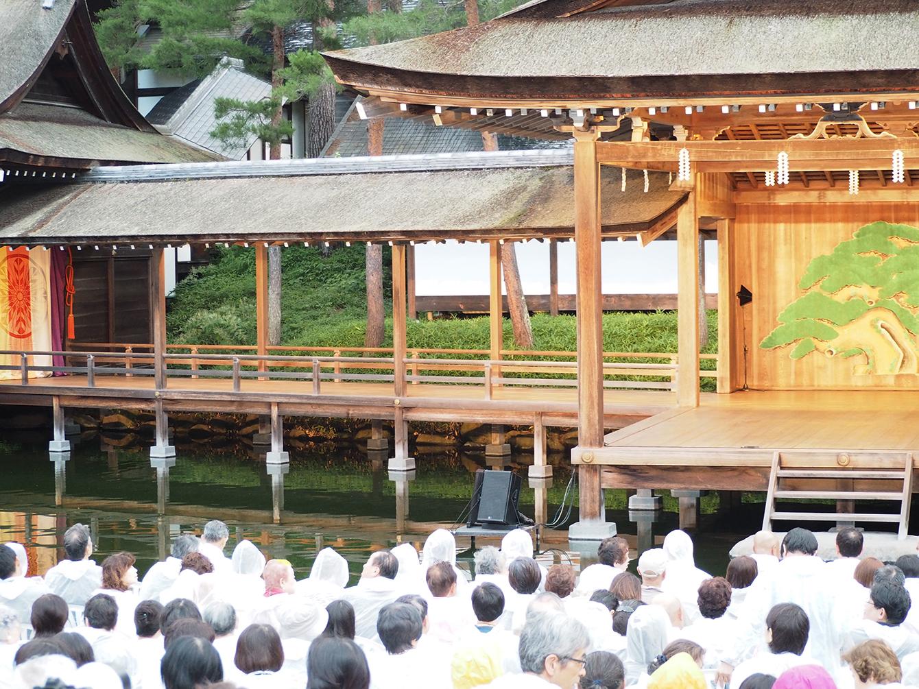 舞台と舞台裏をつなぐ「橋掛り」。写真左のカラフルな幕の奥が舞台裏で、この幕の中でお面を付けるなど、舞台に上がる前の準備を行う。